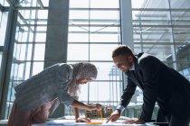 Мульти-етнічних чоловіків і жінок-архітекторів, обговорюючи над концепцією в офісі. — стокове фото