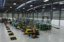 Visão de alto ângulo de uma linha de equipamentos de processamento e uma área para embalagem em um armazém em uma fábrica de processamento — Fotografia de Stock
