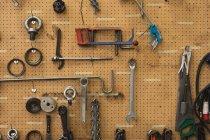 Вид спереди на инструменты, висящие на стене в механическом цехе на перерабатывающем заводе — стоковое фото