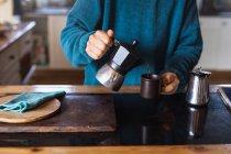 Nahaufnahme einer Frau, die zu Hause Kaffee kocht — Stockfoto