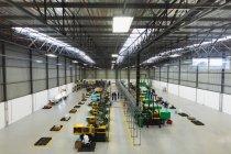 Високий кут Вигляд працівників заводів операційних машин і взаємодія на складі на заводі з переробки заводів — стокове фото