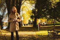 Красивая женщина, гуляющая по парку. — стоковое фото