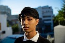 Portrait d'un jeune transgenre à la mode transgenre dans la rue, portant un béret — Photo de stock