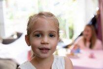 Retrato de una joven caucásica en casa - foto de stock
