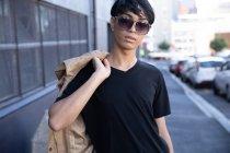 Portrait d'un jeune transgenre à la mode de race mixte adulte dans la rue — Photo de stock