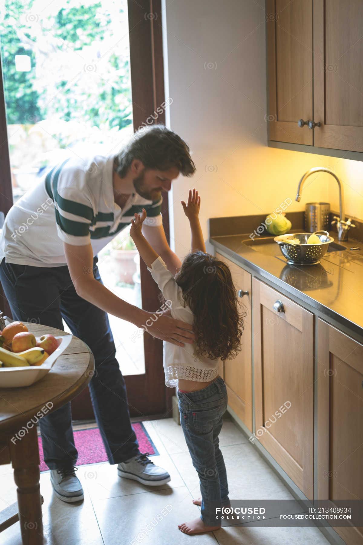 Отец трахает дочь на кухне видео