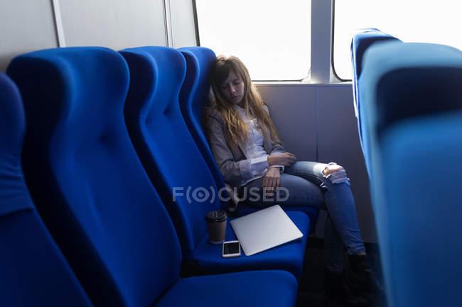 Mulher bonita dormindo em navio de cruzeiro — Fotografia de Stock