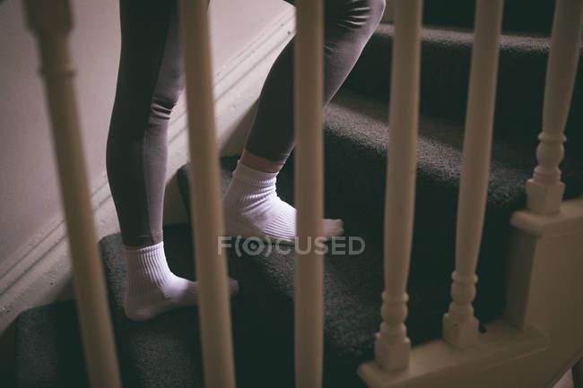 Nahaufnahme einer Frau, die zu Hause die Treppe hochgeht — Stockfoto