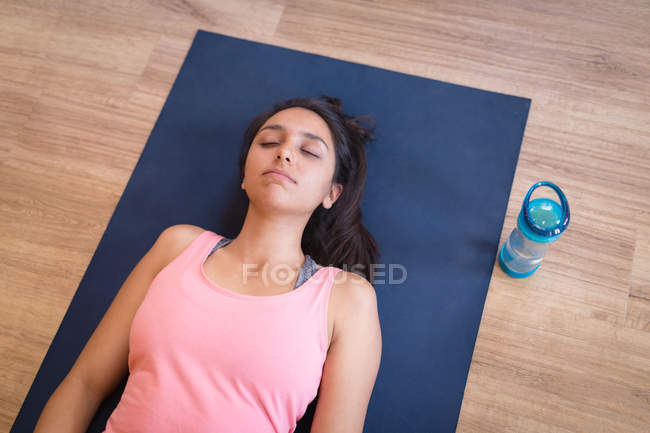 Young woman meditating in fitness club — Stock Photo