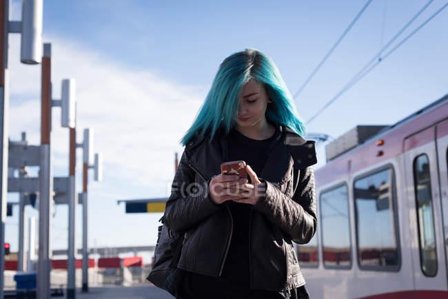 Femme élégante utilisant le téléphone mobile — Photo de stock