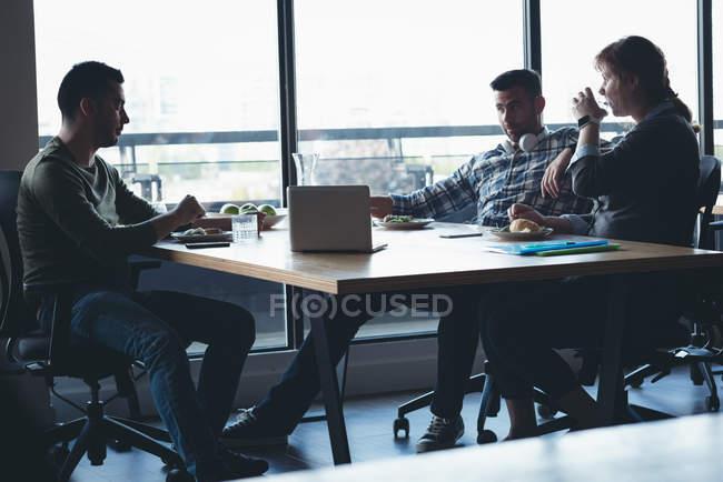 Collègues de travail interagissent entre eux en réunion au bureau — Photo de stock
