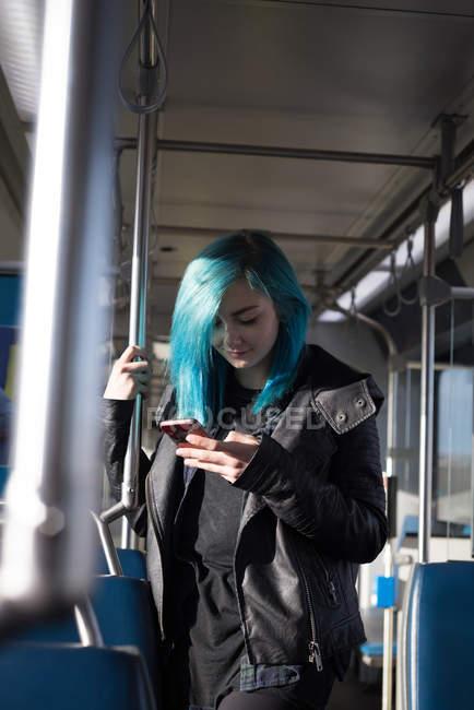 Stilvolle Frau nutzt Handy während Zugfahrt — Stockfoto