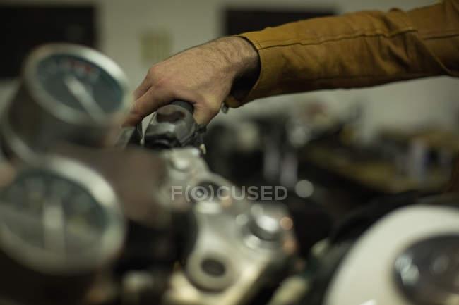 Механік перевірка мотоцикл гальм у гаражі — стокове фото