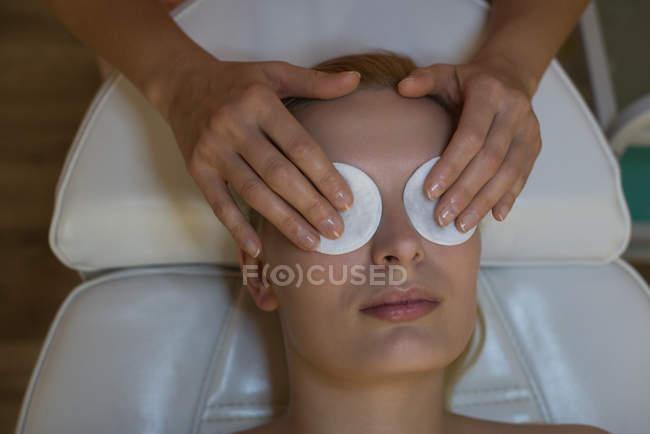 Kosmetikerin setzt weiblichen Kunden im Salon eine Schönheitsmaske auf — Stockfoto