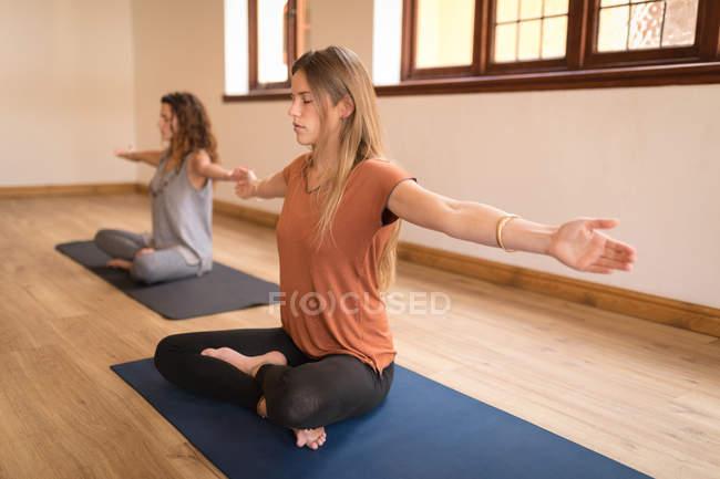 Zwei junge Frauen Yoga trainieren Sie im Fitness-club — Stockfoto