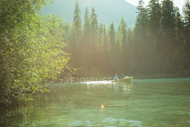 Людина подорож на моторному човні в озеро — стокове фото