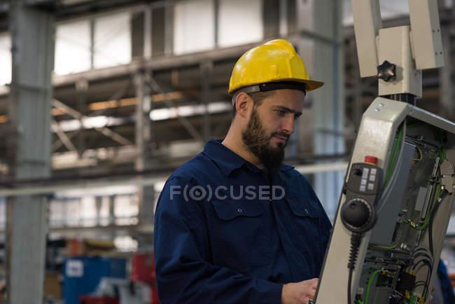 Уважний технік операційні машини в промисловості металеві — стокове фото