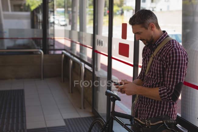 Seitenansicht von Mann mit Handy — Stockfoto