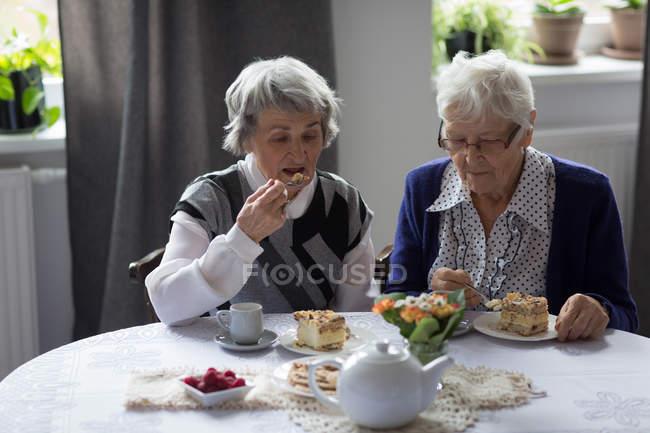 Старших друзей, завтрака вместе дома — стоковое фото