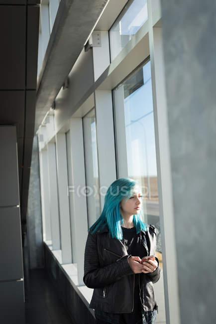 Mujer con estilo utilizando el teléfono móvil - foto de stock