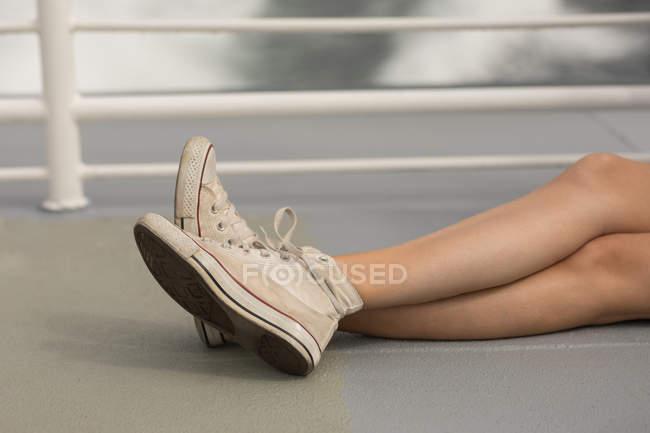 Baixa seção de mulher relaxante em navio de cruzeiro — Fotografia de Stock
