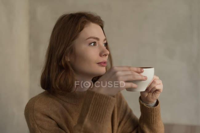 Продуманий одна жінка десерт у кафе — стокове фото