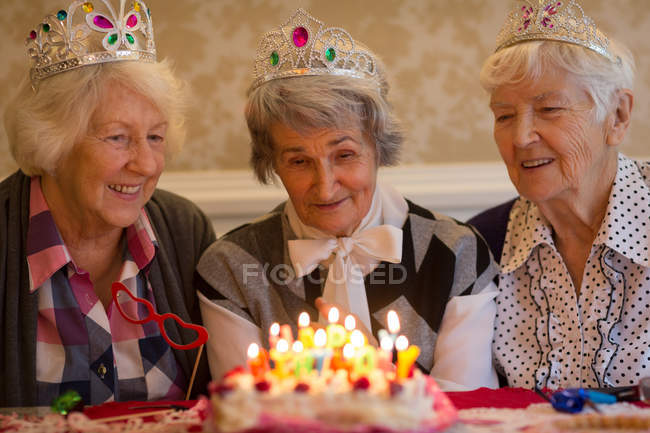 Senior woman celebrating birthday with her friends at home — Stock Photo