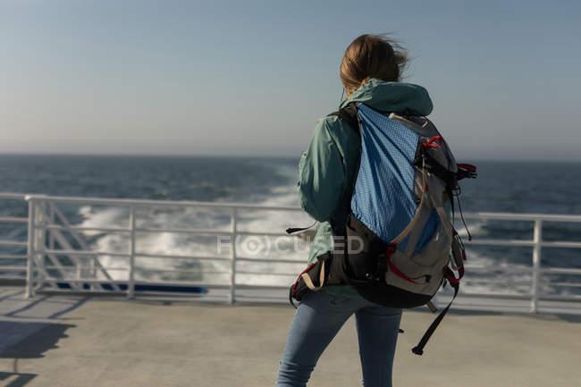 Vue arrière de la femme avec commandes de sac à dos sur les navires de croisière — Photo de stock