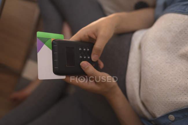 Беременная женщина производит оплату через биометрическую систему в кафе — стоковое фото