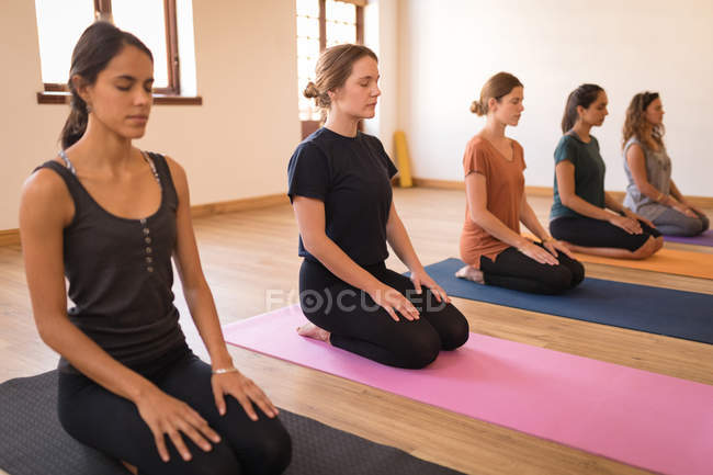 Gruppe von Frauen meditiert gemeinsam im Fitnessclub — Stockfoto