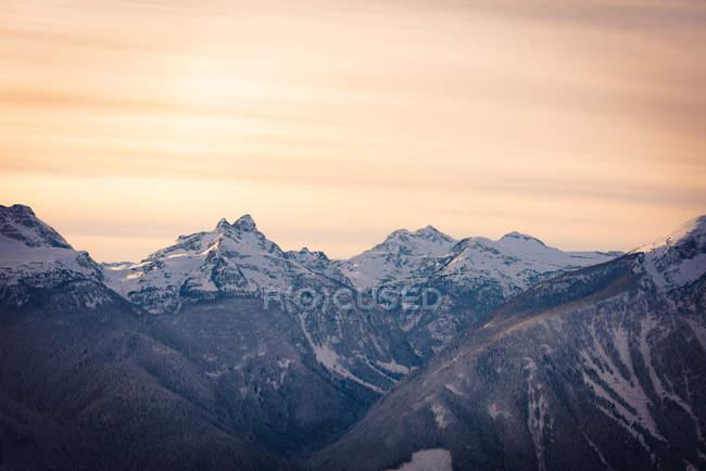 Засніжених гір під час заходу сонця, Британська Колумбія — стокове фото