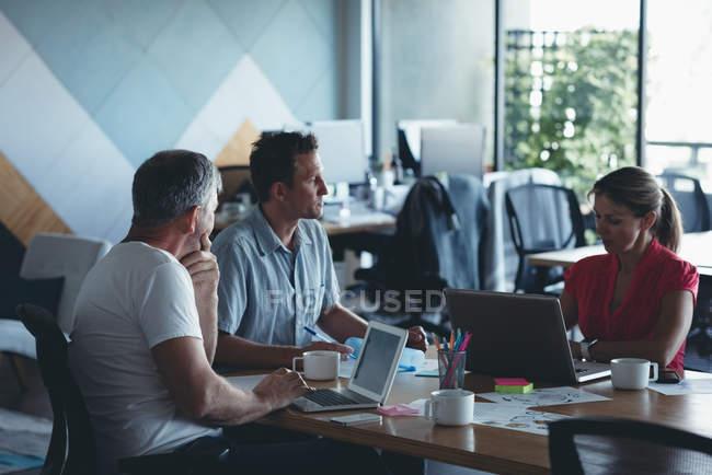 Geschäftsleute, die Interaktion mit einander in Meeting im Büro — Stockfoto