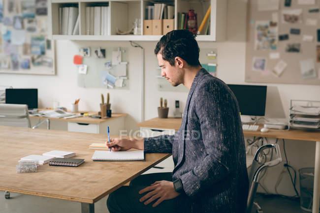 Примітка виконавчої письмовій формі на щоденник в офісі — стокове фото