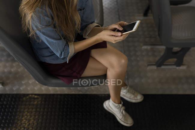 Vue grand angle de la femme utilisant un téléphone portable dans un bateau de croisière — Photo de stock