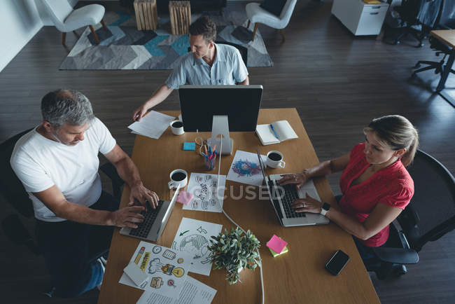 Business colleagues working at desk in office — Stock Photo