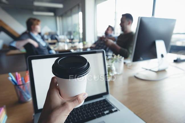 Бізнесмен, пити каву під час колег з обговорення в офісі — стокове фото