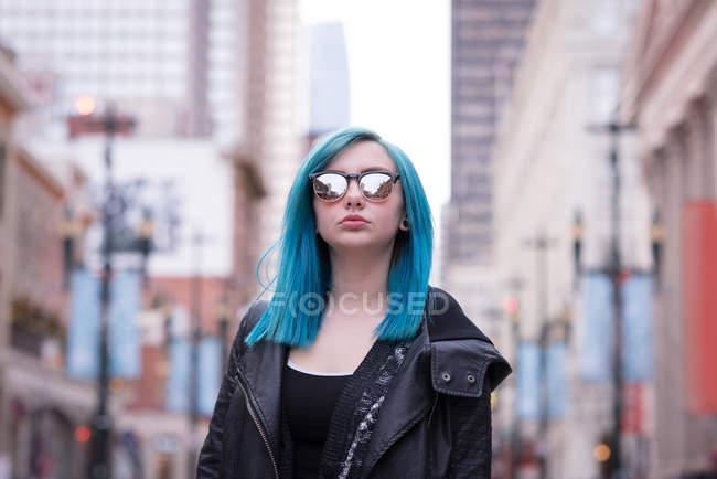 Mujer con estilo en gafas de sol en la calle de la ciudad - foto de stock