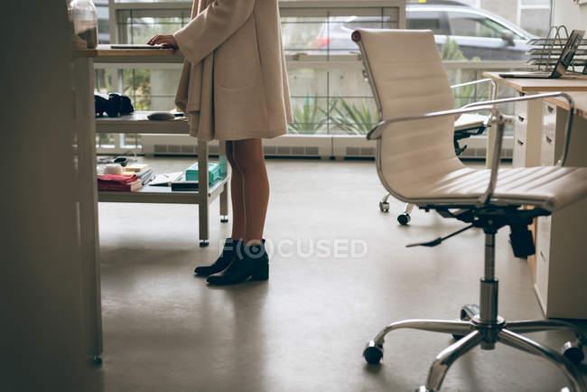 Esecutivo femminile che utilizza tablet digitale alla scrivania in ufficio — Foto stock