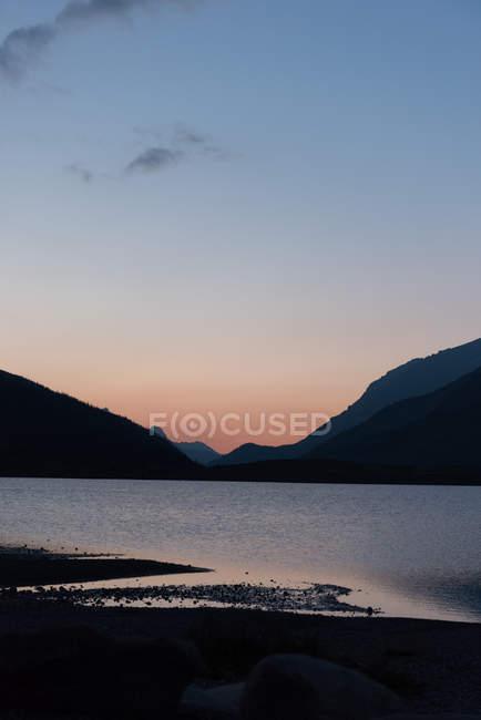 Belles montagnes au cours de l'aube, le parc national banff — Photo de stock
