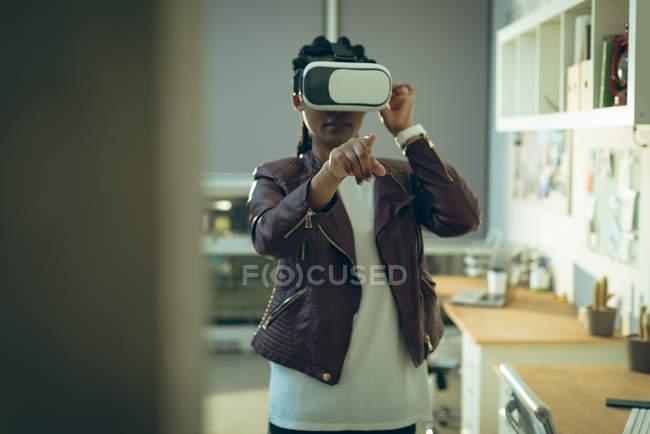 Executive utilizzando cuffie realtà virtuale in ufficio — Foto stock