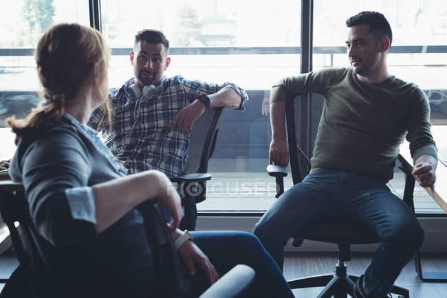 Collègues de travail interagissent entre eux lors d'une réunion au bureau — Photo de stock
