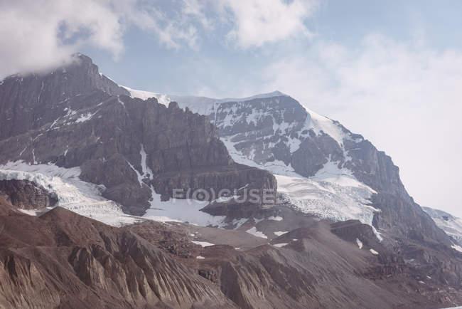 Красивые снежные шапки гор в солнечный день, banff национального парка — стоковое фото