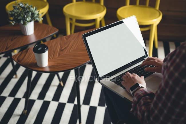 Бізнес-леді за допомогою ноутбука в кафетерії в офісі — стокове фото