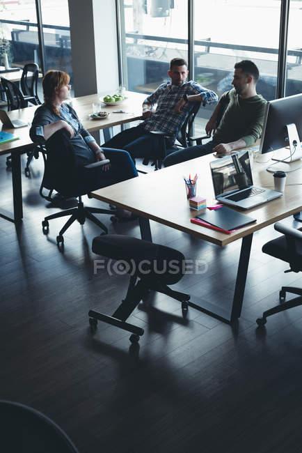 Бизнес-коллег, взаимодействующих друг с другом в ходе встречи в офисе — стоковое фото