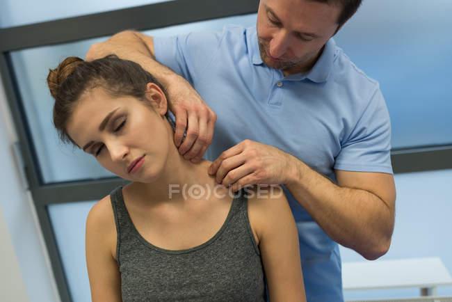 Fisioterapista dà massaggio alla donna in clinica — Foto stock