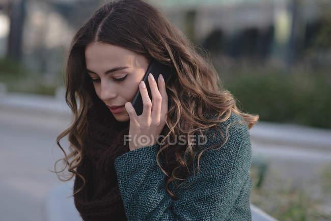 Giovane donna che parla sul cellulare — Foto stock