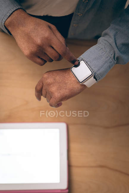 Overhead of executive using smartwatch in office — Stock Photo