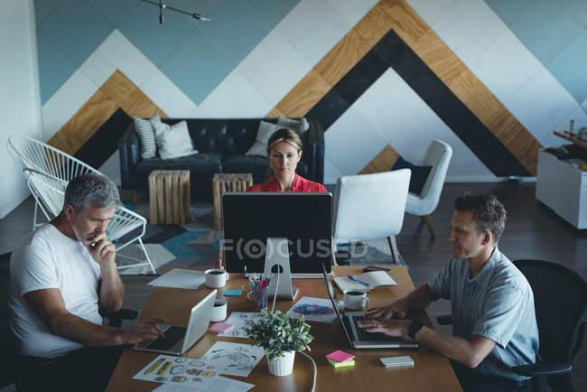 Коллеги по бизнесу, работающие в офисе — стоковое фото