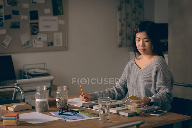 Female executives working in the office — Stock Photo