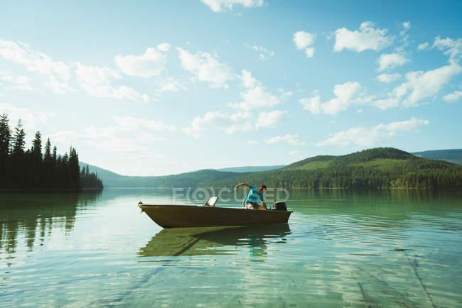 Человек, путешествия на катере в озере — стоковое фото
